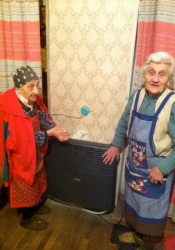 Oma's en opa met een nieuwe kachel